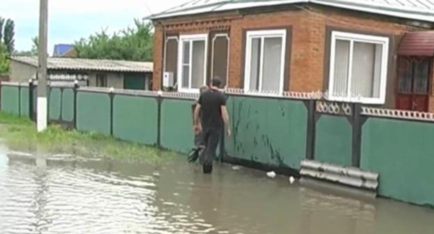 """Жители аула Блечепсин во время наводнения 25 мая 2015 года. Фото: """"Кошехабль ТВ"""", YouTube.com"""