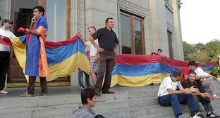 """Инициативная группа """"Нет грабежу!"""" готовится к митингу на площади Свободы. Фото Армине Мартиросян для """"Кавказского узла"""""""