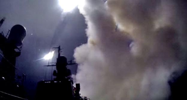 Корабли Каспийской флотилии нанесли ракетные удары по целям в Сирии. 7 октября 2015 г. Кадр из видео пользователя Минобороны России https://www.youtube.com/watch?v=iMasnaAf_H4