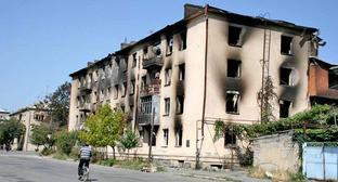 Жилое здание в Цхинвале после артиллерийского обстрела города. 18 августа 2008 г. Фото: ИА ОСинформ https://ru.wikipedia.org
