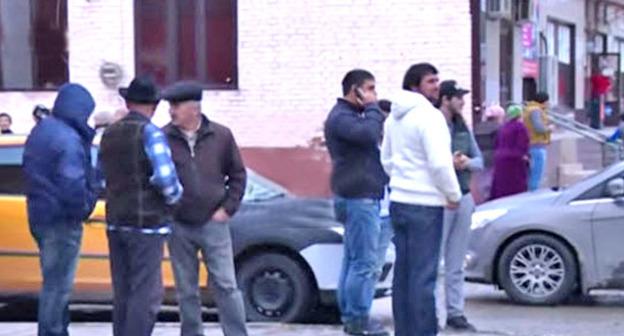 Жители Старопромысловского района во время спецоперации в Грозном. 8 октября 2015 г. Фото: оперативная съемка МВД ЧР http://www.youtube.com/watch?v=Giaed4U6-CU