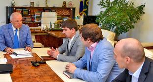 Аслан Тхакушинов (слева) на встрече с представителями инициативной группы адыгов из Ростовской области. 8 октября 2015 г. Фото http://www.adygheya.ru/press/news/show/?newsid=9557