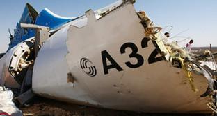"""Фрагмент фюзеляжа разбившегося в Египте 31 октября 2015 года Airbus A321 авиакомпании """"Когалымавиа"""". Фото: http://www.mchs.gov.ru/dop/info/smi/news/item/5230973/"""