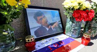 Цветы и портрет Бориса Немцова на месте убийства на Большом Москворецком мосту. Фото: Ivan Trefilov (RFE/RL)