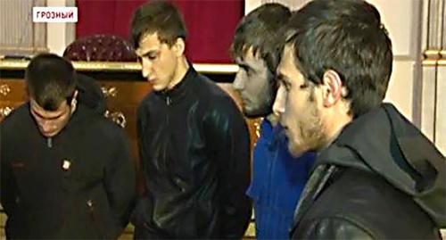 """Четверо молодых людей, подозреваемых в поджоге зиярта в Чечне. Фото: Скрин с программы телеканала """"Грозный"""", https://www.youtube.com/watch?v=xzD5b6CP-Yc"""