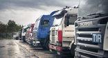 12-тонные грузовики на окраине Махачкалы. Фото: грузовиковhttp://www.riadagestan.ru/news/incidents/dalnoboyshchiki_ustroili_piket_na_okraine_makhachkaly_protiv_dopolnitelnykh_poshlin/