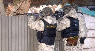 Сотрудники полиции во время проведения КТО. Фото: http://nac.gov.ru/nakmessage/2015/11/18/v-kalmykii-podrazdeleniyami-fsb-i-mvd-rossii-neitralizovany-chleny-babayurtovs.html