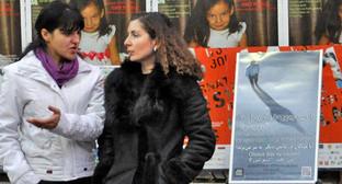 """Стеллаж с книгами религиозной организации """"Свидетели Иеговы"""" на площади Свободы в Тбилиси. Фото http://www.fakt777.ru"""