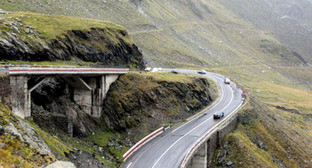 Дорога в горах. Фото: http://osinform.org/24297-severnyj-kavkaz-i-abxaziyu-soedinit-tunnel.html