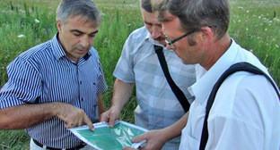 Валерий Бриних (в центре) показывает Сергею Цыпленкову (справа) расположение навозохранилищ. Фото Дмитрия Шевченко http://ewnc.org/node/18851