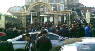 Верующие возле мечети на Котрова. Махачкала. Фото http://islamcenter.ru/?item=37#prettyPhoto