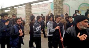 """Жители поселка Нардаран вышли на стихийный митинг, 26 ноября 2015 года. Фото: Парваны Байрамовой для """"Кавказского узла""""."""