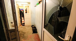 """Следы от пуль и разбитые стекла в одном из домов Нардарана. 26 ноября 2015 года. Фото Азиза Каримова для """"Кавказского узла"""""""