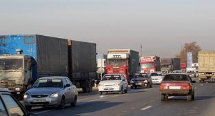 """Автомобили на федеральной трассе в Дагестане во время забастовки дальнобойщиков. 24 ноября 2015 года. Фото Мурада Мурадова для """"Кавказского узла"""""""