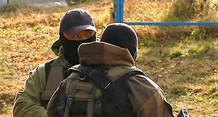 Представитель силовых структур во время КТО. Фото: http://nac.gov.ru/nakmessage/2015/11/25/v-nalchike-neitralizovany-14-boevikov-polnostyu-unichtozhena-krupnaya-banda-i-.html
