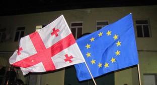 """Флаги Грузии и Евросоюза перед зданием тюрьмы в Исани, 30 ноября 2013 года. Фото: Марины Букия для """"Кавказского узла""""."""