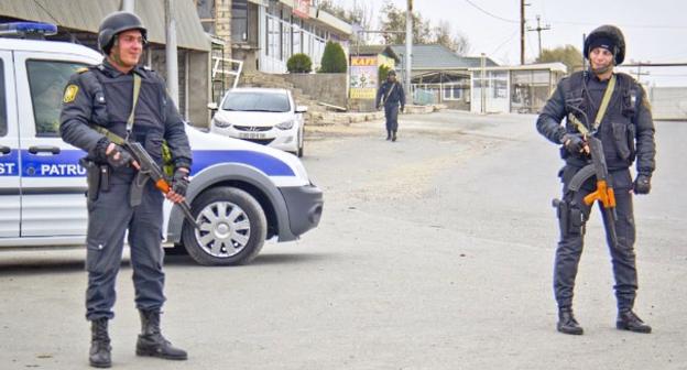 Вооруженные сотрудники силовых структур в Нардаране. Фото: Famil Mahmudbayli, RFE/RL