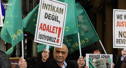 Пикет у посольства России в Стамбуле. Фото Магомеда Туаева для