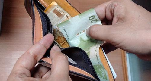 Наличные деньги. Фото:sputnik.az / Fərid Babayev, http://sputnik.az/economy/20160105/403246757.html