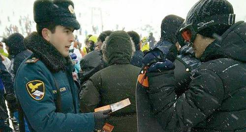 Сотрудник МЧС напоминает об опасностях в горах Кабардино-Балкарии. Фото: http://07.mchs.gov.ru/pressroom/news/item/3357733/