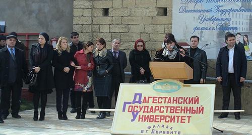 Студенты и преподаватели  филиала ДГУ в Дербенте. Фото: http://www.vujb.riadagestan.ru/news/g_derbent/v_derbentskom_filiale_dgu_proshla_aktsiya_v_podderzhku_zhiteley_kryma/