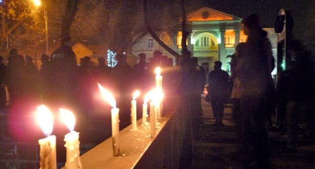 """Зажженные свечи в память о расстрелянной семье Аветисянов. Фото Армине Мартиросян для """"Кавказского узла"""""""