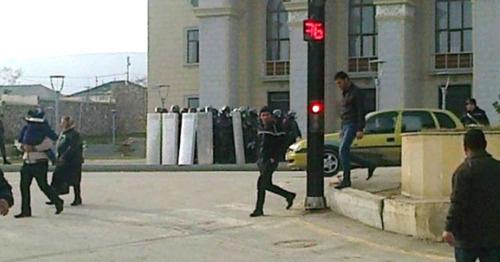 Столкновения между полицейскими и участниками акции протеста против повышения цен и безработицы. Сиазани, 13 января 2016 г. Фото http://comments.az/topic/stolknoveniya-v-siyazani-zaderzhany-20-chel/