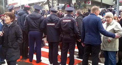 Полиция оттеснила участников акции пенсионеров в Сочи на тротуары. Фото: © Макс Портал/ Мария Спиридонова, http://maks-portal.ru/ekonomika/foto/pensionery-v-sochi-perekryli-centralnuyu-ulicu-foto