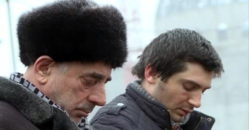 """Сулейман Газалиев и его сын Сайд Эмин во время публичного осуждения на площади в Шали. 15 января 2016 года. Фото: кадр из сюжета телеканала """"Грозный"""""""