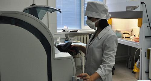 Медработник. Фото:  http://www.riadagestan.ru/news/health/snizhenie_zabolevaemosti_orvi_i_grippom_otmechaetsya_v_dagestane/
