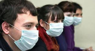 Молодые люди носят медицинские маски для профилактики гриппа. Фото http://pikadmin.ru/