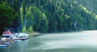 """Кафе на берегу озера Рица в Абхазии. Фото Анжелы Кучуберия для """"Кавказского узла"""""""