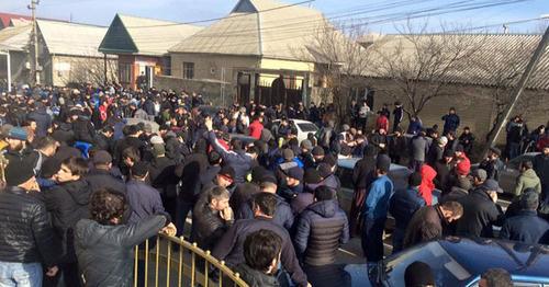 """Прихожане мечети """"Северная"""" начали шествие к администрации Хасавюрта. 1 февраля 2016 г. Фото: Магомед М."""
