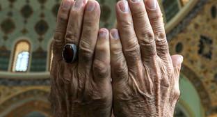 """Руки верующего в молитвенном жесте. Фото Азиза Каримова для """"Кавказского узла"""""""