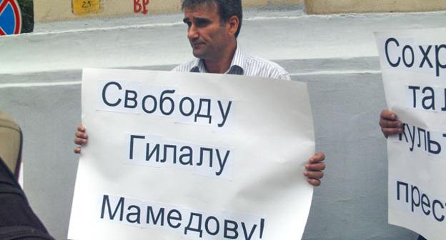 Участник пикета с плакатом в защиту Галала Мамедова. Москва, август 2012 г. Фото http://www.talish.org/