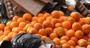 Апельсины из Турции, обнаруженные на рынке в Черкесске. 4 февраля 2015 г. http://www.riakchr.ru/v-kchr-pod-buldozer-otpravili-poltonny-turetskikh-apelsinov-popavshikh-pod-sanktsii/