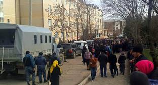 Митинг у перинатального центра Хасавюрта 03.02.2016. Фото: http://www.riadagestan.ru/news/health/minzdrav_dagestana_prichinoy_smerti_rozhenitsy_v_khasavyurte_stalo_narushenie_svertyvaemosti_krovi/