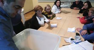 Референдум по внесению изменений в конституцию Армении: Подсчет голосов. 6 декабря 2015 г. Фото: © PAN Photo / Vahan Stepanyan