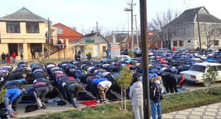 Верующие молятся на улице. Хасавюрт, 1 февраля 2016 г. Кадр из видео пользователя Усма Тура https://www.youtube.com/watch?v=PYRN-CUHpAs