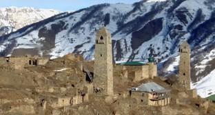 Крепость и мечеть в поселке Шарой высокогорного Шаройского района Чечни. Фото: Youtube.com/user/chechnyatodaycom
