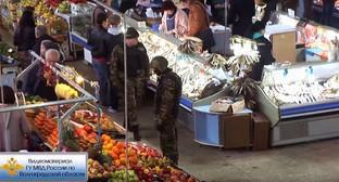 Сотрудники силовых структур во время проверки на Центральном рынке Волгограда. Фото: Youtube.com/user/tvv102