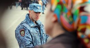 "Сотрудник полиции Грозного во время митинга Фото Магомеда Магомедова для ""Кавказского узла"""