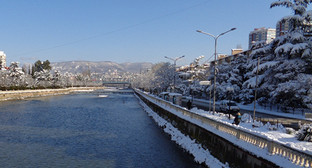 """Река Сочи-вид с пешеходного моста в районе Центрального рынка. Фото Светланы Кравченко для """"Кавказского узла"""""""