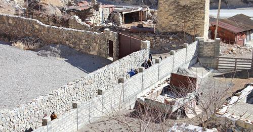 """Забор, построенный рядом с Дзивгиской крепостью. Северная Осетия. Фото Эммы Марзоевой для """"Кавказского узла"""""""