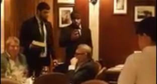 Двое напавших на Михаила Касьянова с тортом стоят возле политика в зале ресторана в Москве. Скриншот видеозаписи нападения с сайта tv.mk.ru.