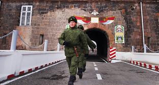 Строй солдат у военной базы в Гюмри. Фото: http://www.lragir.am/index/rus/0/country/view/40608