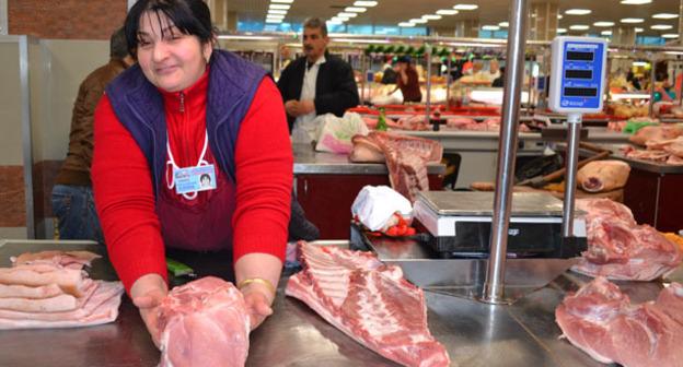"""Продавец мяса на рынке в Сочи. Фото Светланы Кравченко для """"Кавказского узла"""""""