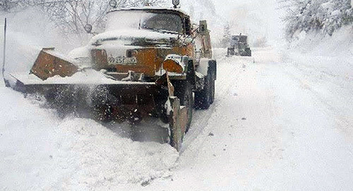 Уборка снега на Военно-Грузинской дороге. Фото: https://www.facebook.com/georoad.ge/