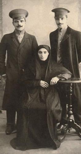 Гайдар Баммат (справа) с матерью и братом Темир-Булатом. Фото снято в Темир-Хан-шуре. Фото http://www.m.kavkaz-uzel.ru/blogs/1927/posts/23366
