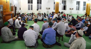 Прихожане мечети в Шамхале. Фото: Islamcenter.ru/